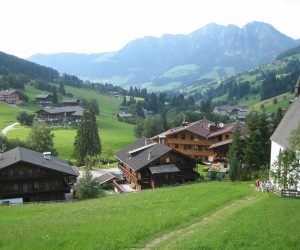 TThe-Valley-from-about-20m-up-the-Road-from-Haus-Hislop